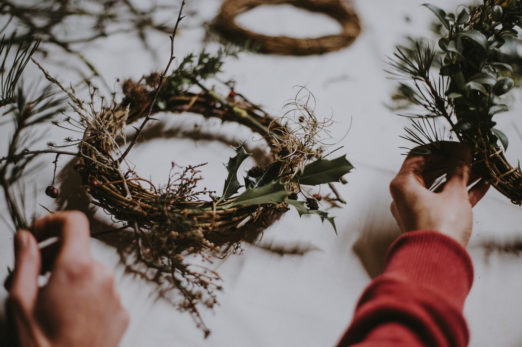 Making a rustic Christmas wreath